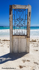 Una porta sul mare-A door to the sea (johnfranky_t) Tags: porta onde johnfranky t samsung s7 mare spiaggia sabbia sand playa beach sea