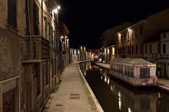Una passeggiata serale a Comacchio - An evening walk in Comacchio (Roberto Marinoni) Tags: comacchio ferrara emiliaromagna canale canal notte night lampioni streetlamps bellitalia