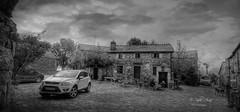(306/18) Un alto en el camino BN (Pablo Arias) Tags: pabloarias photoshop photomatix capturenxd españa cielo nubes arquitectura nb blancoynegro monocromático casa piedrafitadocebreriro lugogalcia
