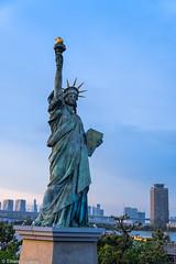 Statue of Liberty (eliseteshiraishi) Tags: continentedaásia japan landscape statueofliberty tokyo tóquio tóquiocapital barcos colorful daytime japanesestyle outdoor ponte pontearcoirís postcard raibonbridge sky sumidakawa travel traveldestination urbanlandscape minatoku tōkyōto japão cidade