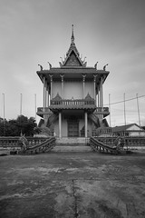Wat Khbal Koh (Thomas Mülchi) Tags: 2018 cambodia phnompenh monochrome bw architecture clear clearsky sunny sky kohoknhatei island silkisland watkhbalkoh bhuddisttemple temple kandalprovince kh