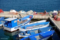 Le pécheur répare ses filets (jpto_55) Tags: pécheur bateau bleu xe1 fuji fujifilm fujixf1855mmf284r lespouilles italie gallipoli