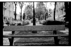 P63-2018-014 (lianefinch) Tags: argentique argentic analogique analog monochrome blackandwhite blackwhite bw noirblanc noiretblanc nb urbain urban city ville street rue parc bench banc