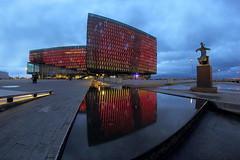 Konzerthaus Harpa Reykjavík (ploh1) Tags: reykjavík konzerthausharpa gebäude bauwerk architektur spiegelung blauestunde langzeitbelichtung himmel fisheye beleuchtet modern wasserbecken island iceland hauptstadt skulptur