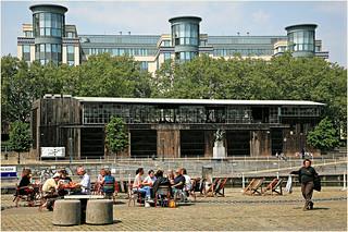Devant Kanal-Centre Pompidou le long du Canal, Bruxelles Belgium