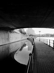 Sous le pont... (Kimoufli) Tags: noiretblanc blackandwhite monochrome architecture géométrie pont eau ombre ombreetlumière liege belgique belgium liège huaweip20pro huawei smartphone lignescourbes lignes meuse fleuve