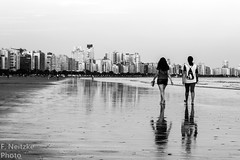 7 Praia do Gonzaga (faneitzke) Tags: portfolio canon canont5 canont5eos1200d santos sãopaulo brasil brazil brasile brésil bresilien américadosul américalatina southamerica latinamerica amériquedusud amériquelatine americadelsur sudamérica baixadasantista autumn outono fall maio may mai mayo praia plage beach playa pretoebranco pb blackwhite blackandwhite blancoynegro noiretblanc monocromático monochromatic monochromephotography monochromaticphotography bw caminhando walking walk andando marcher sea mar mer ocean oceano 50mm pessoas pessoa gens person personas
