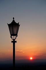 Licht an - Licht aus / Light on - light off (sozl) Tags: sonnenuntergang lampe strasenlampe strasenlaterne laterne abend abends abendstimmung abendsonne sundown lamp streetlamp evening eveningsun eveningmood
