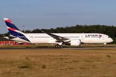 LATAM Airlines - Boeing 787-9 , CC-BGL (Bernd 2011) Tags: latam latamairlines boeing 787 7879 dreamliner ccbgl fra eddf frankfurtairport 18west runway18 sunset canon powershot sx50hs