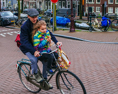Learning Amsterdam Risks (163/365) (Walimai.photo) Tags: bike bici bicicleta bicycle candid robado portrait family father padre hija daughter amsterdam netherlands holanda street calle nikon d7000 nikkor 35mm
