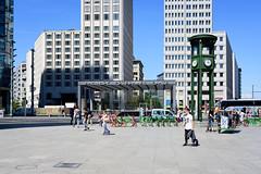Am Potsdamer Platz (Professor Besserwisser) Tags: potsdamerplatz berlin berlinmitte nikond3400 1855mm nikkor1855mm verkehrsturm bahnhofpotsdamerplatz berlim innenstadt