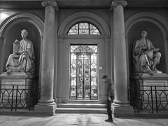 Street, Piazza del Duomo, Florence, Italy (Angel Talansky) Tags: florence firenze florencia street streetphoto streetphotography city urban streetart bruneleschi piazzaduomo esculturas