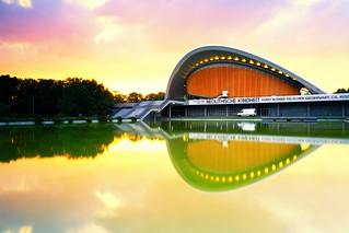 Das Haus der Kulturen der Welt bei Sonnenuntergang - etwas länger belichtet