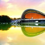 Das Haus der Kulturen der Welt bei Sonnenuntergang - etwas länger belichtet thumbnail