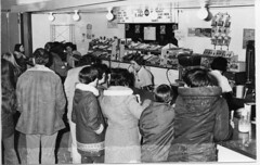 Anglų lietuvių žodynas. Žodis snack-bar reiškia užkandinė, bufetas; to go snacks pasidalyti lietuviškai.