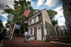 Betsy Ross' House, Philadelphia, USA (KSAG Photography) Tags: philadelphia pennsylvania usa unitedstates america city urban history heritage house street nikon wideangle flag us architecture july 2016 summer streetphotography