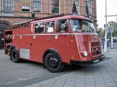 VF-40-90 DAF G1300 BA325 Fire-Engine 1966 (ClassicsOnTheStreet) Tags: vf4090 daf g1300 ba325 fireengine 1966 daf1300 dafg1300 brandweer feuerwehr bombeiros vigilidelfuoco pompierssapeurs vatrogasci pompiers firetruck firebrigade truck lorry vrachtwagen vrachtauto camion kamion lkw lastbil 60s 1960s classic oldtimer classiccar classico oldie klassieker veteran gespot spotted carspot amsterdamzuid amsterdam zuid hobbemakade 2015 straatfoto streetphoto streetview strassenszene straatbeeld classicsonthestreet vf cwodlp onk redcar firestation volfront coe bedrijfswagen grijskenteken utile utility poidslourds 152