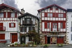 Ainhoa, Pyrénées-Atlantiques, en région Nouvelle-Aquitaine. ( photopade (Nikonist)) Tags: nouvelleaquitaine ainhoa paysbasque pyrénéesatlantiques architecture nikon nikond7100 apple affinityphoto afsdxvrzoomnikkor1685mmf3556ged imac village dxoopticspro1145