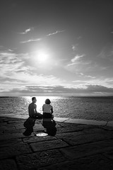 Romantique (Giulio Magnifico) Tags: leica q trieste friuli friuliveneziagiulia streetphotography streetlife street sunset lovers romantique romance sunlight sea dock italy backlight scene cloudporn