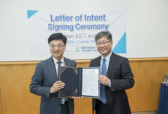 Prof. Seung Heon Han and Young Tae Kim at the KICT-ITF letter signing