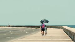 Bon week-end (Fabrice1965) Tags: cuba habana malécon promeneurs ombrelle chaleur soleil d750 nikon