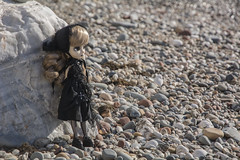 Dressed in black (Erla Morgan) Tags: doll pullip pullipnoir pullipnoirregeneration noir ann erlamorgan junplanning groove obitsu wig white black beach girl witch