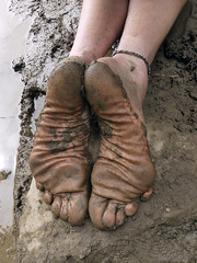 Muddy soles (Barefoot Adventurer) Tags: barefoot barefooting barefoothiking barefooter barefeet barefooted baresoles barfuss blacksoles roughsoles ruggedsoles hiking happyfeet hardsoles heelcracks anklet toughsoles toes texture tough connected callousedsoles naturalsoles naturallytough wrinkledsoles footmassage arches earthsoles earthing earthstainedsoles energy