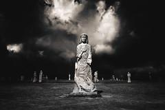 La Vallée des Saints, Côtes d'Armor, septembre (Air'L) Tags: valléedessaints bretagne sculpture géant nb noiretblanc bw blackandwhite france nuage ciel mystère