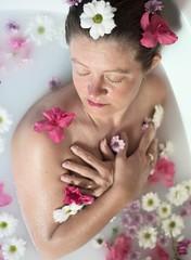 Petit travail sur la féminité 🌸 (gwendoline.lereste) Tags: nu nude femme women fleur flower portrait féminité