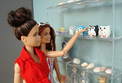 Friends in the souvenir shop (Deejay Bafaroy) Tags: barbie fashionistas mattel doll dolls puppe puppen madetomove mtm donuts souvenirs andenken souvenirshop souveniroftravel reiseandenken owl owls eule eulen shells muscheln 16 scale playscale miniature miniatur red rot blue blau
