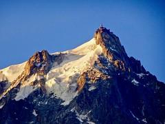 l'Aiguille du Midi at sunrise 05.19 am. (elsa11) Tags: chamonix aiguilledumidi sunrise montblancmassif alpes alps alpen france frankrijk mountains montagnes zonsopgang gletscher glacier gletsjer lespelerinsglacier