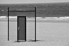 Quelles sont les plages de fermeture des portes ouvertes à tous les vents? (Olivier Simard Photographie) Tags: ostende plage porte grillage sable noiretblanc art
