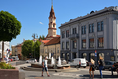Vilnius / Town Hall Square Fountain (Pantchoa) Tags: vilnius square fountain townhall fontaine arbre personnes eau architecture clocher ciel façades ville europe lituanie égliseorthodoxe svnikolajus saintnicolas réverbère voitures
