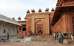 fatehpur sikri tombs (kexi) Tags: india asia uttarpradesh fatehpursikri mosque tombs old ancient red sandstone white marble canon february 2017 people architecture