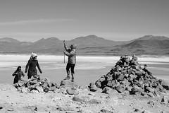 vento, pedras e selfie (renanluna) Tags: monocromia monochromatic pretoebranco blackandwhite pb bw deserto desert atacama desertodoatacama chile ch fuji fujifilm fujifilmxt1 xt1 renanluna