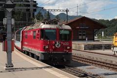 Rhätische Bahn RhB Lokomotive Ge 4/4 II 632 mit Taufname Zizers ( Baujahr 1984 - Hersteller SLM Nr. 5273 - BBC - Elektrolokomotive Triebfahrzeug ) mit Glacier Express bei Reichenau Tamins im Kanton Graubünden - Grischun der Schweiz (chrchr_75) Tags: albumzzz201806juni juni 2018 hurni christoph schweiz suisse switzerland svizzera suissa swiss chrchr chrchr75 chrigu chriguhurni chriguhurnibluemailch zug train juna zoug trainen tog tren поезд lokomotive паровоз locomotora lok lokomotiv locomotief locomotiva locomotive eisenbahn railway rautatie chemin de fer ferrovia 鉄道 spoorweg железнодорожный centralstation ferroviaria kanton graubünden grischun rhb rhätische bahn bahnen meterspur schmalspur bergbahn retica viafier kantongraubünden albumbahnenderschweiz albumbahnenderschweiz20180106schweizer treno