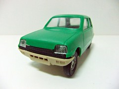 RENAULT R-5 - GOZAN (RMJ68) Tags: renault 5 r5 gozan juguetes plastico plastic coches cars juguete oy 128 scale toy