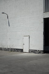 titellos (milchschäfer3) Tags: husum hafen monochrome monochrom surreal sichtbarkeit ästhetik tür türen lampe lomo effekt