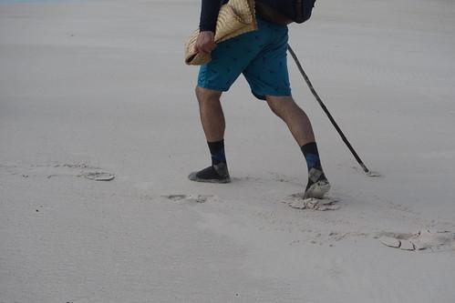Pour marcher dans le sable on peut choisir de garder ses chaussettes.