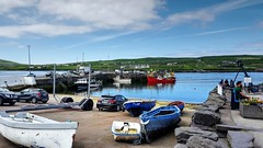 Portmagee (Raúl Alejandro Rodríguez) Tags: barcos ships boats autos cars pesqueros fishing mar sea puerto port campo countryside cultivos crops portmagee condado de kerry county irlanda ireland