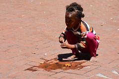 portrait South Africa_5406 (ichauvel) Tags: portrait jouer playing fillette littlegirl girl fille enfant child childhood enfance exterieur outside mignonne lovely lecap capetown afrique afriquedusud southafrica voyage travel streetphotography photoderue scénederue streetlife