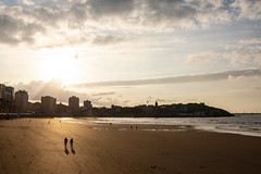 Paseando... (David A.L.) Tags: asturias asturies gijón sol atardecer paseando playa playadesanlorenzo arena mar costa edificio 2470 canonef2470mmf28l 70d canon