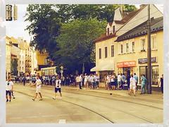 Giesing feiert den Aufstieg des TSV 1860 München I (Casey Hugelfink) Tags: munich münchen giesing tsv1860münchen tsv1860 sechzger löwen fusball aufstiegsfeier aufstieg party giasing giasingoida fans 3liga relegation soccer kiez street streetlife streetphotography crowd fusballfans münchenistblau blauweis people menschenmenge feier fiesta