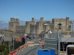 Welsh Highland Railway from the Old Caernarfon Station - view to Caernarfon Castle and the new station (ell brown) Tags: caernarfon gwynedd cadw wales unitedkingdom greatbritain carnarvon caernarvon sthelensrd fforddsanteshelen welshhighlandrailway rheilffordderyri caernarfonstation gorsafcaernarfonstation ffestiniogandwelshhighlandrailways bridge footbridge narrowgauge rhessegontiwm segontiumterrace buildingsite constructionsite caernarfoncastle castlesandtownwallsofkingedwardingwynedd unesco worldheritagesite unescoworldheritagesite kingedwardi princeofwales carnarvoncastle gradeilistedbuilding gradeilisted kingedwardiofengland earlhughofchester llewelynapgruffudd jamesofstgeorge madogapllewelyn