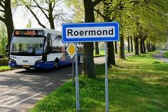 DSC_5810 Straßenschild / Ortsschild von Roermond,  ein Bus Richtung Venlo fährt vorbei. (stadt + land) Tags: strasenschild ortsschild bus richtung venlo niederlande roemond hansestadt hanse neuehanse fluss maas rur grenze deutschland einkauf outlet grenzstadt
