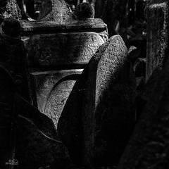Josefov-Cementerio_18-BN (byJMdF) Tags: 2007 año canoneos30d cámara eventos lugares praga vacaciones viaje prague luz natural barrio judío josefov jude jewish juive juif cementerio lápidas tumba cemetery tombstones stone cimentière stèles de pierre