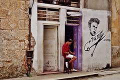 Habana Vieja - scène de rue 6 (luco*) Tags: cuba la havane habana havana vieja scène de rue street scene jeune homme young man hombre coifeeur hair dresser maison commerce adolescent teenager flickraward flickraward5