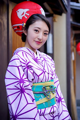 Gentle smile in Pontocho (Eric Flexyourhead) Tags: pontocho 先斗町 nakagyoku 中京区 kyoto 京都市 kansai 関西地方 japan 日本 portrait japanese woman girl cute kawaii かわいい yukata 浴衣 shallowdepthoffield sonyalphaa7 zeisssonnartfe55mmf18za zeiss 55mmf18