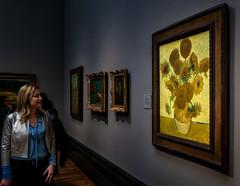 Girasoli di Van Gogh (R.o.b.e.r.t.o.) Tags: museo museum nationalgallery vasoconquindicigirasoli sunflowers vincentwillemvangogh londra london inghilterra regnounito england unitedkingdom donna woman lady people nikond850 granbretagna greatbritain quadro dipinto