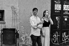 Fumadors 2 / Fumadores / Smokers (Wizard7oz) Tags: barcelona candid city life light nikon d90 people street streetlife streetphoto urban bw blackandwhite white summer architecture man woman wall